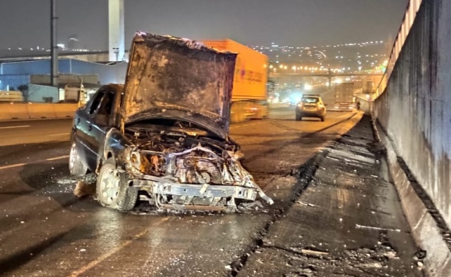 Kocaeli'de trafik kazasında alev alan otomobil yandı