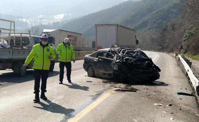 Sakarya'da otomobil yol kenarındaki kayalıklara çarptı: 4 yaralı