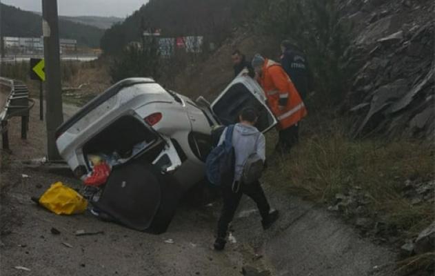 Yol kenarına devrilen otomobildeki 2 kişi yaralandı