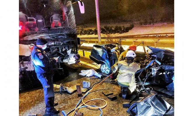 Yolcu otobüsü ile otomobilin çarpışması sonucu iki kişi yaşamını yitirdi, 10 kişi yaralandı