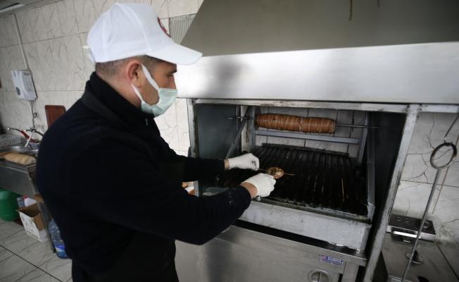 Balıkesir'in coğrafi işaretli kuzusundan kokoreç yapıp Türkiye'ye satıyorlar