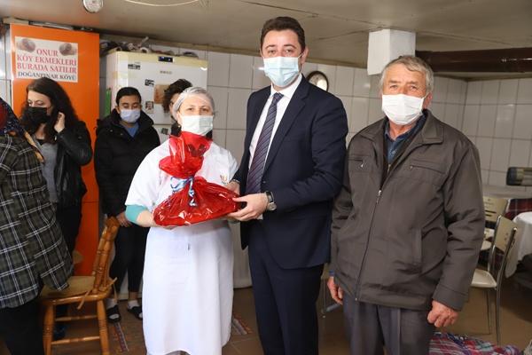 Bandırma Belediye Başkanı Tolga Tosun, kadın çalışanları ziyaret etti