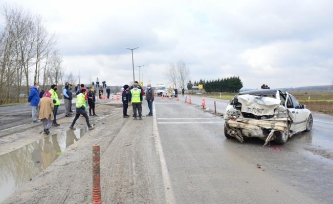Karasu'da otomobil ile kamyonet çarpıştı: 3 yaralı