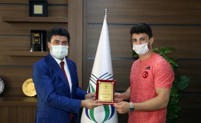 Avrupa Güreş Şampiyonası'nda gümüş madalya kazanan Başar, mezun olduğu okulu ziyaret etti