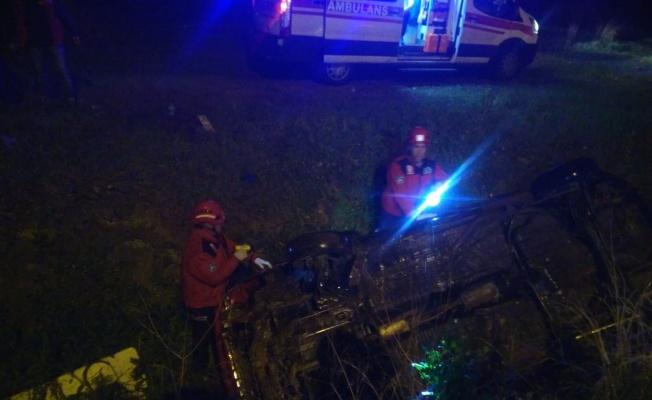 Balıkesir'de şarampole devrilen otomobildeki iki kişi yaralandı