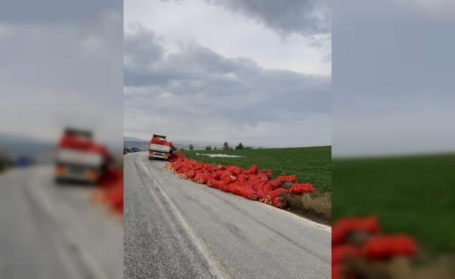 Bilecik'te seyir halindeyken dorsesi kırılan kamyondaki soğan çuvalları yola saçıldı