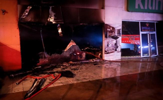 Bursa'da 2 katlı mobilya dükkanında çıkan yangın söndürüldü