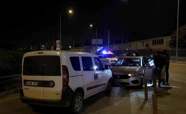 Bursa'da uygulama noktasından kaçarken polis aracına çarpan otomobilde uyuşturucu ve silah bulundu