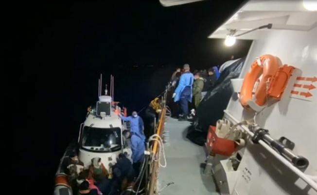 Çanakkale açıklarında Türk kara sularına itilen 56 düzensiz göçmen kurtarıldı