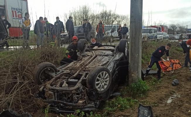 Kocaeli'de şarampole devrilerek ters dönen otomobildeki yaralı sürücüyü itfaiye kurtardı
