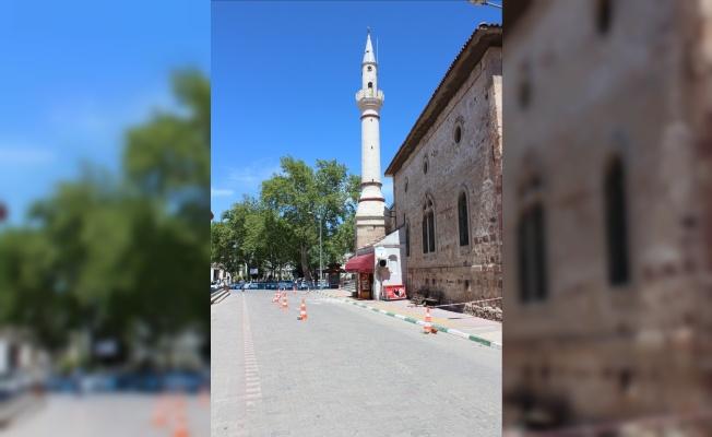 Bayramiç'te tarihi caminin minaresinin şerefesi yıkıldı