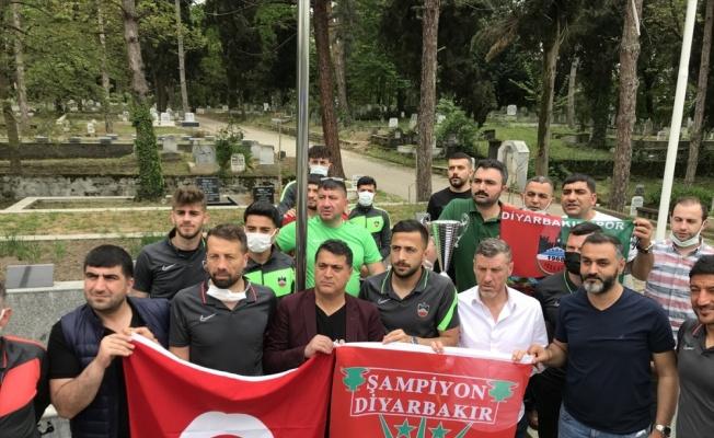 Diyarbekirsporlu futbolcular, şampiyonluk kupasıyla şehit emniyet müdürü Gaffar Okkan'ın kabrini ziyaret etti