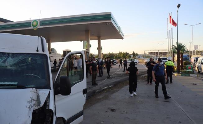 Kırklareli'nde jandarmadan kaçan minibüs yıkama istasyonundaki araca çarptı