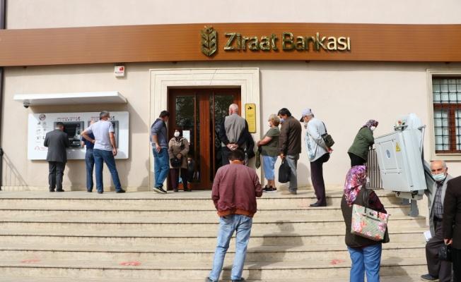 Trakya'da sokağa çıkma kısıtlamasından muaf tutulan emekliler maaşlarını çekmeye başladı