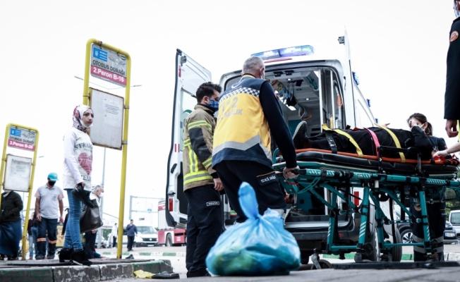 Bursa'da otomobil, otobüs durağındaki yayalara çarptı: 5 yaralı
