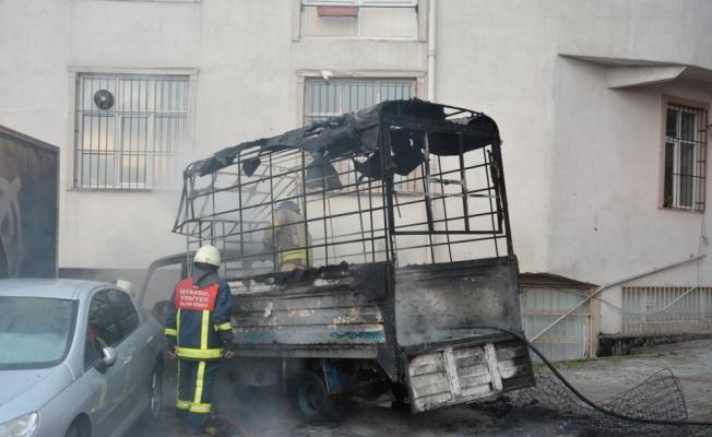 Kağıthane'de park halinde yanan kamyonet kullanılamaz hale geldi