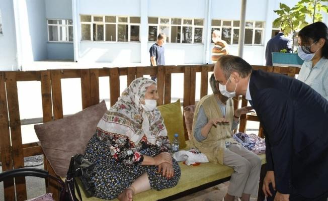 Edirne Valisi Ekrem Canalp, huzurevindeki yaşlıların bayramını kutladı