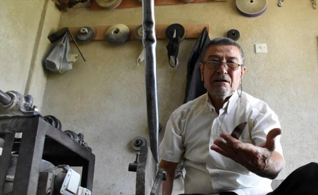 El sanatları ustası Balım, bıçakçılığı 50 yıldır 9 metrekarelik atölyesinde yaşatmaya çalışıyor