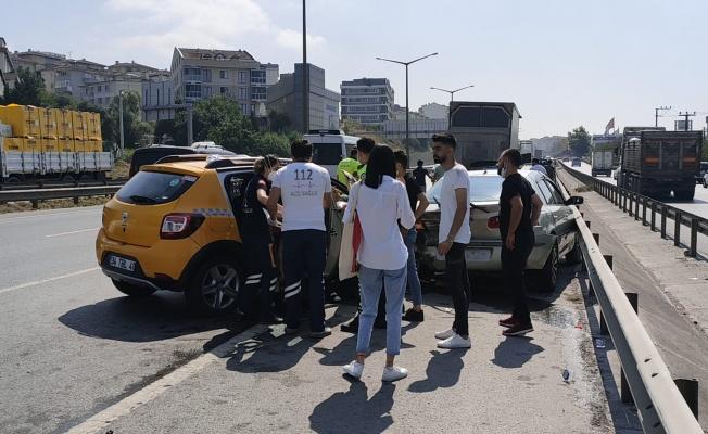Gebze'de taksi emniyet şeridinde park halindeki otomobile çarptı: 4 yaralı