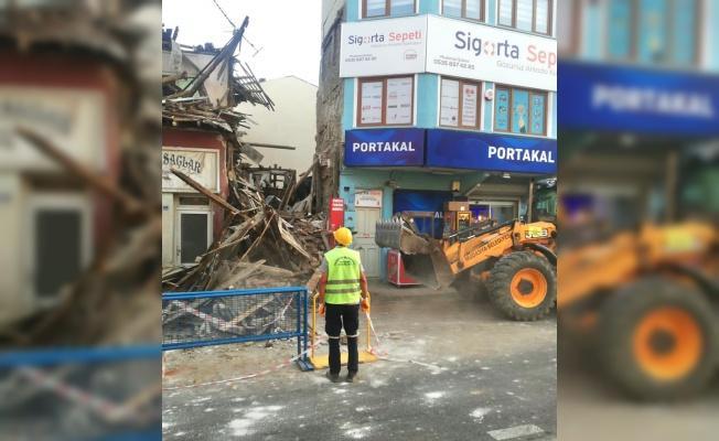 Mudanya'da kullanılmayan ahşap bina çöktü
