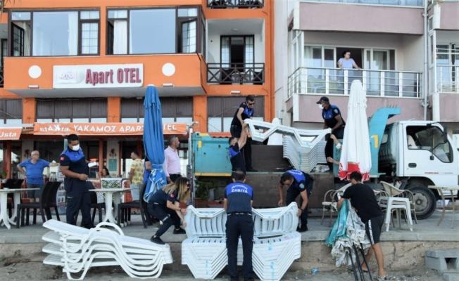 Süleymanpaşa'da plajda izinsiz kiralanan şezlonglar toplandı