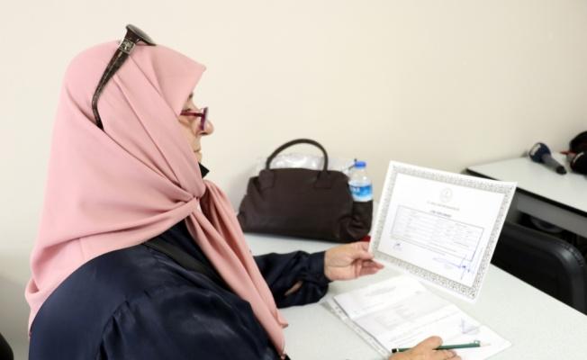 70'inden sonra liseyi bitiren torun sahibi kadınlar, üniversite sınavına hazırlanıyor