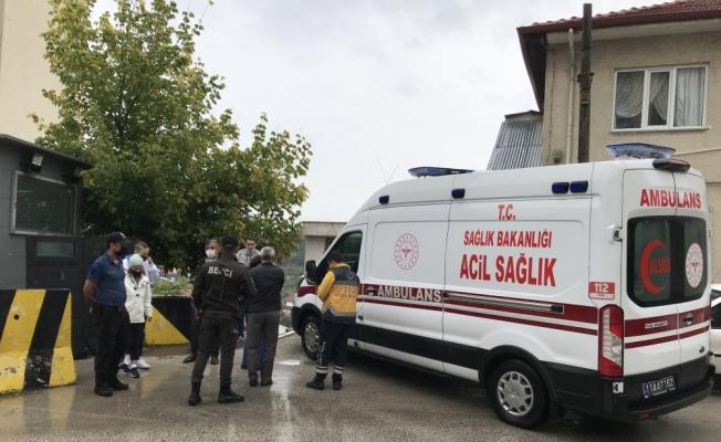 Bilecik'te güvenlik bariyeri ile otomobil arasında sıkışan kişi yaralandı