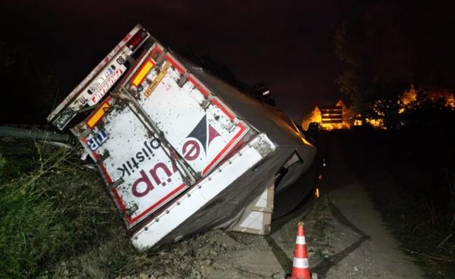 Bursa'da devrilen mobilya yüklü tırın sürücüsü yaralandı