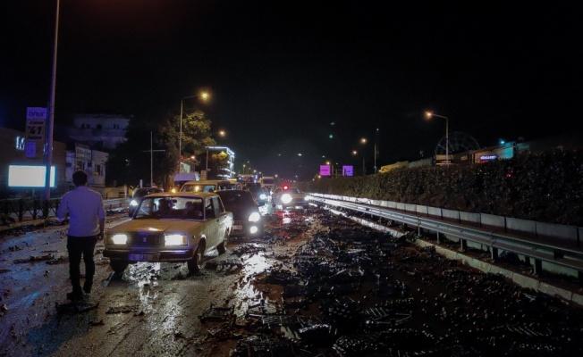 Bursa'da incir yüklü kamyonet ile otomobilin çarpışması sonucu iki kişi yaralandı
