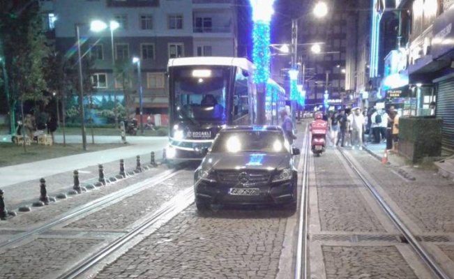 Kocaeli'de tramvay yolunda parklanmaya ceza