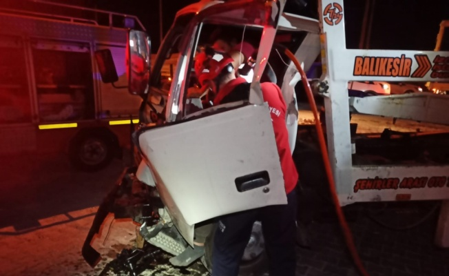 Susurluk'ta tırla çarpışan kamyonetin sürücüsü yaralamdı