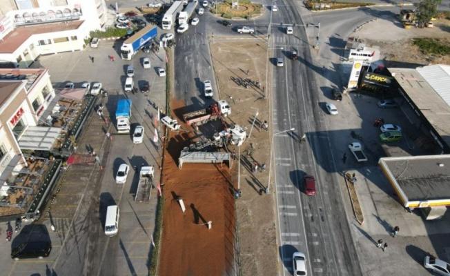 Yem yüklü tırın devrilmesi sonucu D-565 kara yolunun Balıkesir yönü ulaşıma kapandı