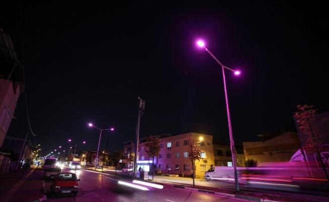 Bursa'da bazı sokaklar meme kanserine farkındalık için pembe renkle aydınlatıldı