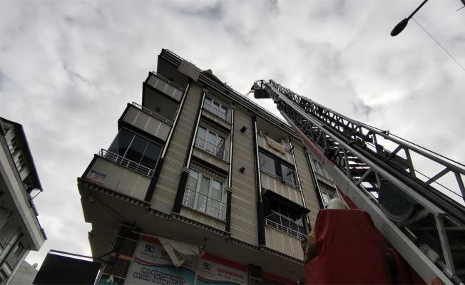 Esenyurt'ta çatı katı dairesinde çıkan yangın söndürüldü