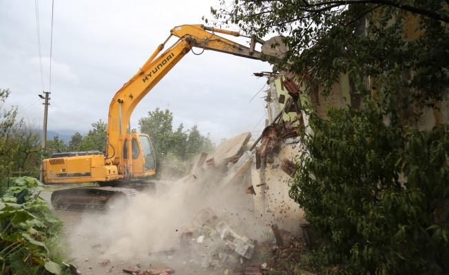 Hasarlı ve metruk yapılar yıkılıyor