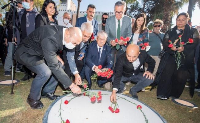 İzmir'de 10 Ekim Anıtı'na karanfilli açılış