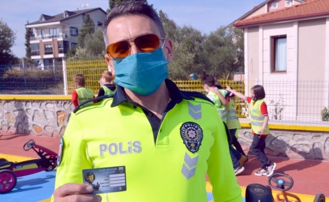 Karamürsel'de öğrencilere trafik kurallarını öğreniyor