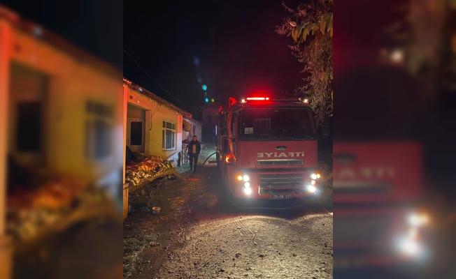 Kırklareli'nde salça hazırlamak için yakılan ateş iki evin yanmasına neden oldu