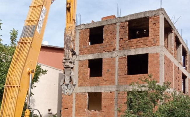 Kocaeli hasarlı binaları yıkıyor