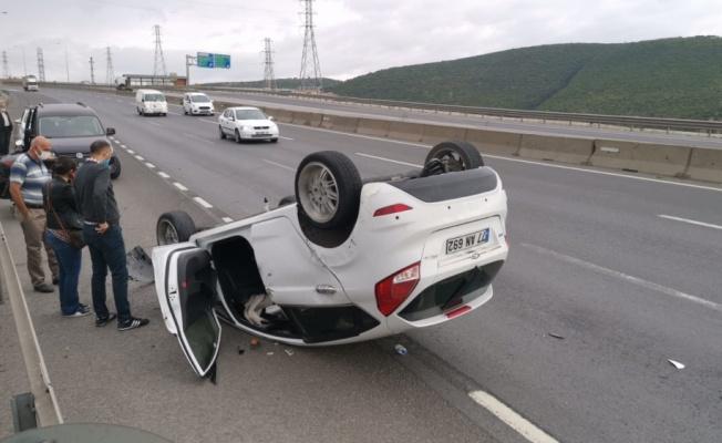 Dilovası'nda devrilen otomobilin sürücüsü yaralandı