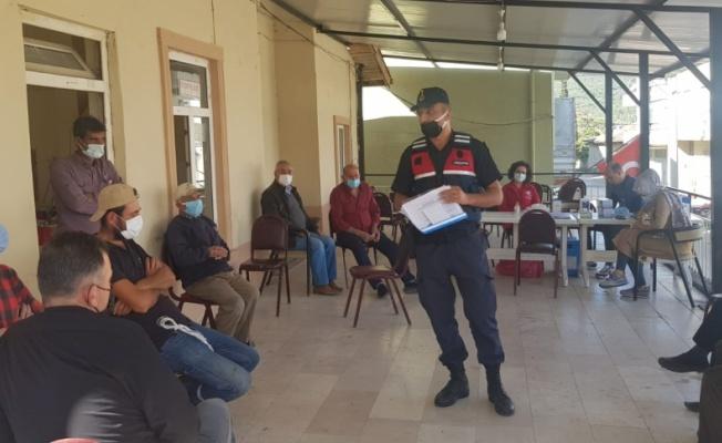 Osmaneli'nde mobil ekiplerin aşı ve bilgilendirme çalışmalarına jandarmadan destek