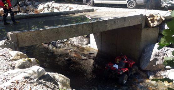 ATV aracı dereye devrildi: 2 yaralı