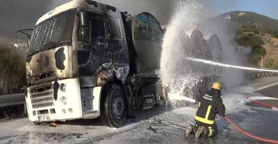 Bariyerlere çarpan süt tankeri yandı