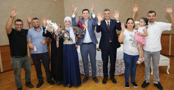 Başkan Sezer işitme engelli çiftin mutluluğuna ortak oldu