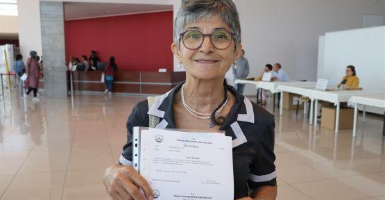Emekli doktor dil öğrenmek için üniversite sıralarında