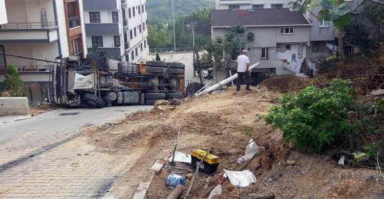 Gebze'de hafriyat kamyon devrildi: 1 yaralı