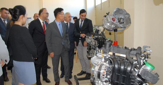 Hyundai bir okula iki otomobil ve ekipmanlarını bağışladı