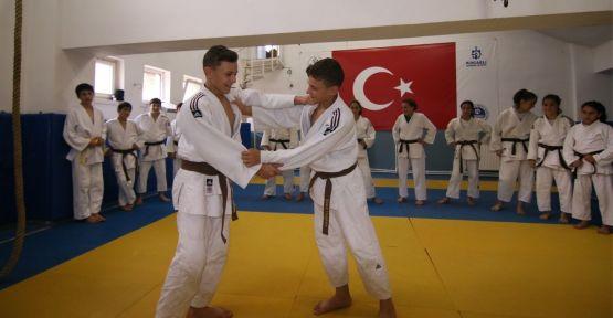 İkizler hem judoda, hem okulda şampiyon