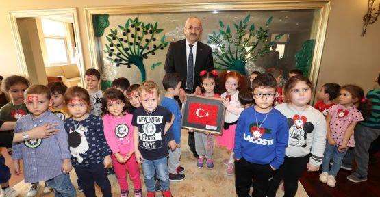 Minik öğrencilerden Büyükgöz'e sürpriz ziyaret