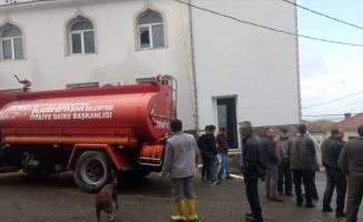 Balıkesir'de yıldırım isabet eden camide hasar oluştu